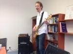 pan Novotný hraje porotě na kytaru